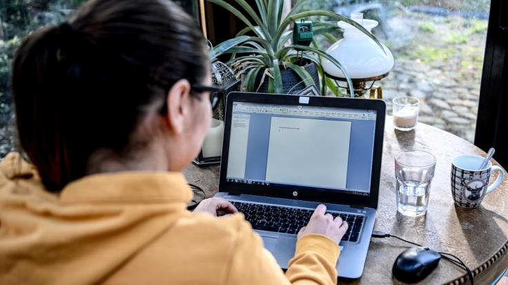 Arbeitnehmer, die aufgrund der Corona-Pandemie verstärkt im Homeoffice arbeiten, sollen Ausgaben leichter in der Steuererklärung geltend machen können. (Foto)