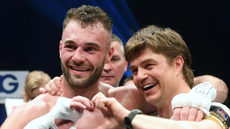 Profixboxer Dominic Bösel, hier mit seinem Trainer Dirk Dzemski, tritt gegen Enrico Kölling bei der Box-EM im Halbschwergewicht an. (Foto)