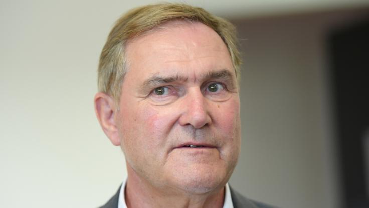 Franz Josef Jung: Ex-Verteidigungsminister will mehr Geld als seine 4700€ Altenbezüge.