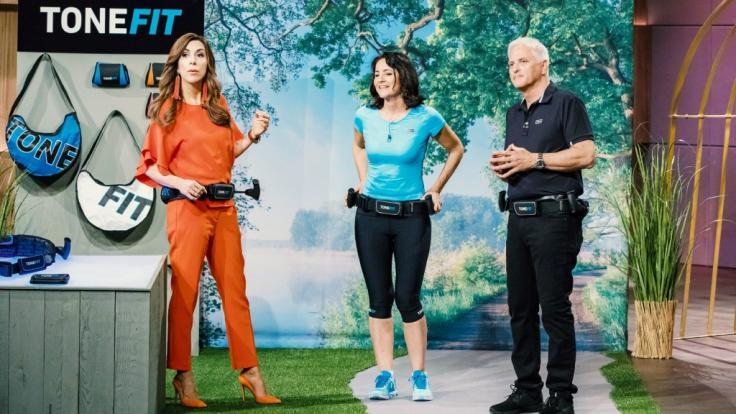 DHDL-Investorin Judith Williams (links) testet den Walking Gürtel Tonefit von Diana und Michael Failer. (Foto)