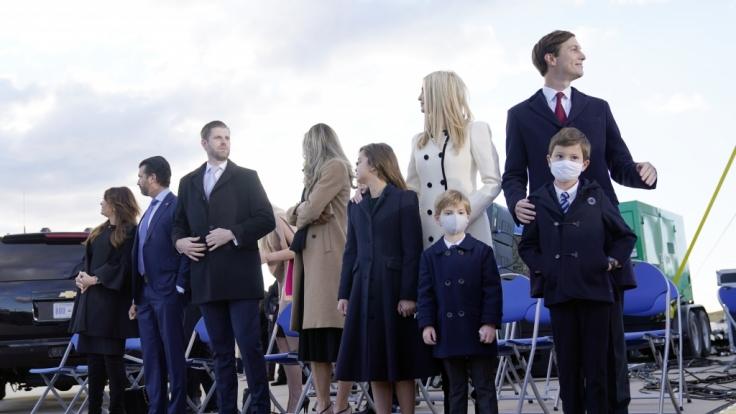 Donald Trump Jr. und seine Freundin Kimberly Guilfoyle, Eric Trump und seine Frau Lara Trump und ihre Kinder sowie Ivanka Trump und ihr Ehemann Jared Kushner und ihre Kinder Theodore, Joseph und Arabella. (Foto)