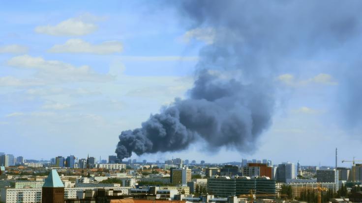 Während des Brandes bildete sich über der Stadt eine riesige Rauchwolke. (Foto)