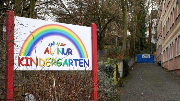 Eine Tafel weist auf den Eingang des Al-Nur-Kindergartens in Mainz hin, die einzige muslimische Kindertagesstätte in Rheinland-Pfalz. (Foto)