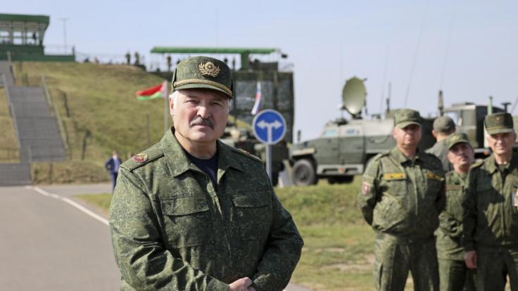 Alexander Lukaschenko (l), Präsident von Belarus auf dem Truppenübungsplatz Obuz-Lesnovsky. (Foto)