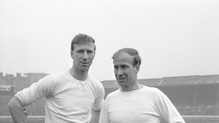 Ein Archivfoto vom 18.10.1965 Jack Charlton (hier links im Bild) mit seinem Bobby Charlton (Manchester United). (Foto)