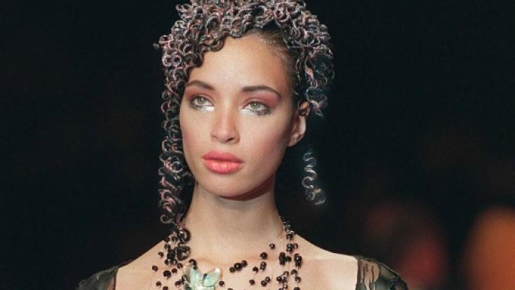 Das war noch vor ihrer Karriere als «America's Next Top Model»-Jurorin: Tyra Banks auf dem Laufsteg in Paris 1997.
