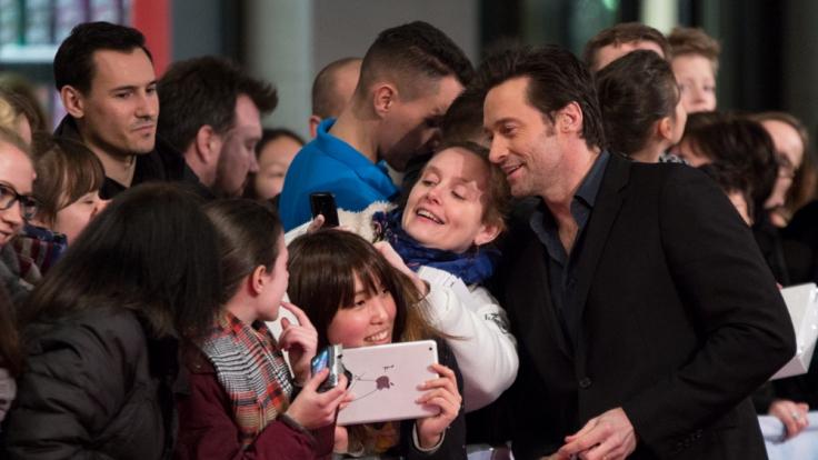 Autogramme sind out! Fans sind heutzutage nur noch zufriedenzustellen, indem man für ein Selfie posiert. Das weiß auch Hugh Jackman. (Foto)