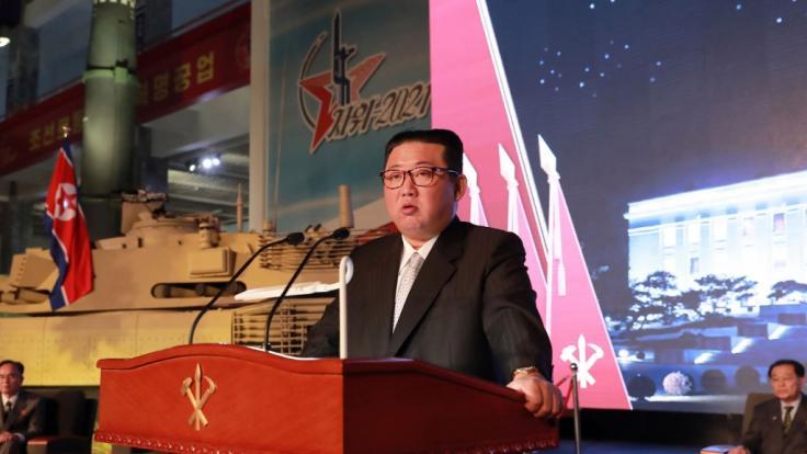 Kim Jong Un, Machthaber von Nordkorea, spricht während einer Ausstellung von Waffensystemen. (Foto)