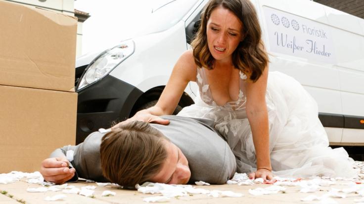 Jenny (Kaja Schmidt-Tychsen) kniet über Deniz (Igor Dolgatschew): Endet ihre Hochzeit mit einem Tod?