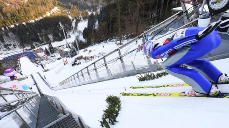 Andreas Wellinger aus Deutschland ist beim Training von der Mühlenkopfschanze in der Anlaufspur. (Foto)