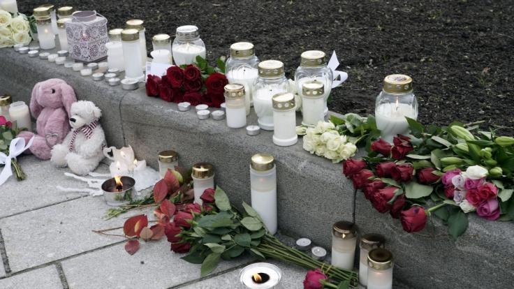 Blumen, Kerzen und Kuscheltiere wurden in Gedenken an die Opfer niedergelegt. Nach der Gewalttat mit fünf Toten und zwei Verletzten in der norwegischen Kleinstadt Kongsberg geht die Polizei inzwischen von einem terroristischen Hintergrund aus. (Foto)
