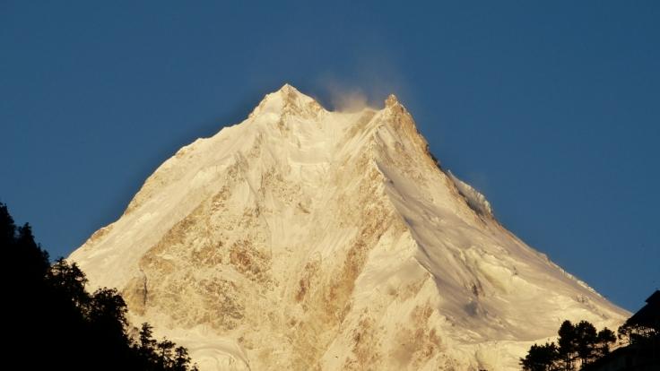 Der russische Ex-Soldat Rustam Nabijew hat den über 8.000 Meter hohen Mount Manaslu im Himalaya erklommen - und das nur mit Kraft seiner Hände. (Foto)