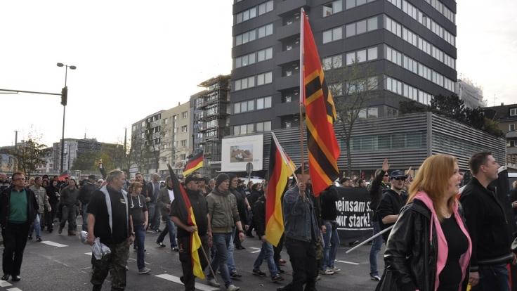 Mehr als 2.500 Hooligans gingen am Sonntag in Köln auf die Straße.