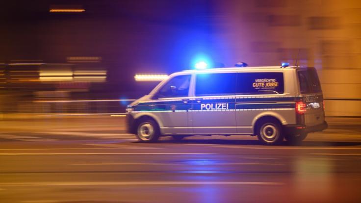 Die hessische Polizei musste nach einer Schussabgabe in einem Regionalzug zu einem Großeinsatz ausrücken (Symbolbild).