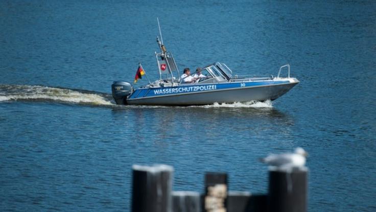 Ein Boot der Wasserschutzpolizei fährt zwischen Hohnstorf/Elbe und Lauenburg auf der Elbe.