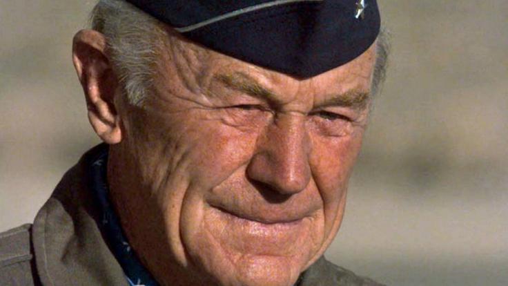 Yeager am 19.10.1997 auf dem US-Luftwaffenstützpunkt Edwards in Kalifornien anlässlich des 50. Jahrestages seines Rekordfluges. (Foto)