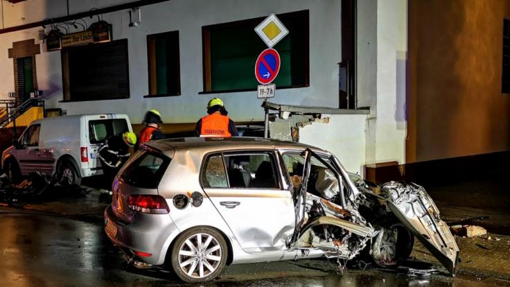 Bei einem Unfall in Erzhausen hinterlässt der Unfallfahrer eine Spur der Verwüstung.