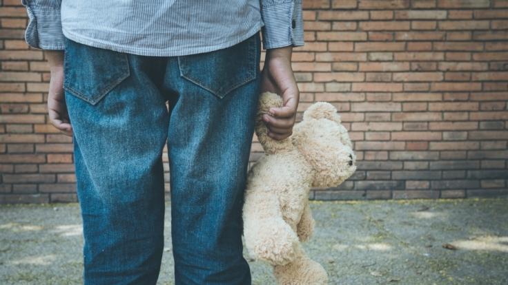 Kindesmissbrauch als Therapie: Ein Kinderschänder fährt mit seinem Psychologen nach Thailand.(Symbolbild) (Foto)