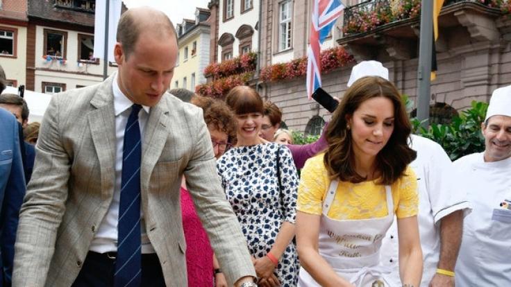 Der britische Prinz William und seine Frau Herzogin Kate formen am 20.07.2017 auf dem Marktplatz in Heidelberg Brezeln.