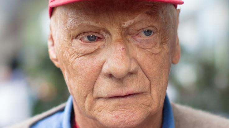 Formel-1-Legende Niki Lauda (69) ist offenbar wegen einer Grippe erneut ins Krankenhaus eingeliefert worden.