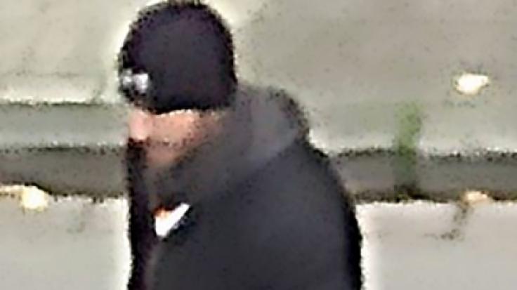 Das undatierte Fahndungsbild der Polizei Krefeld zeigt einen Tatverdächtigen, der an einem Einbruch in die Nebenstelle Emmerich des Hauptzollamtes Duisburg beteiligt gewesen sein soll.