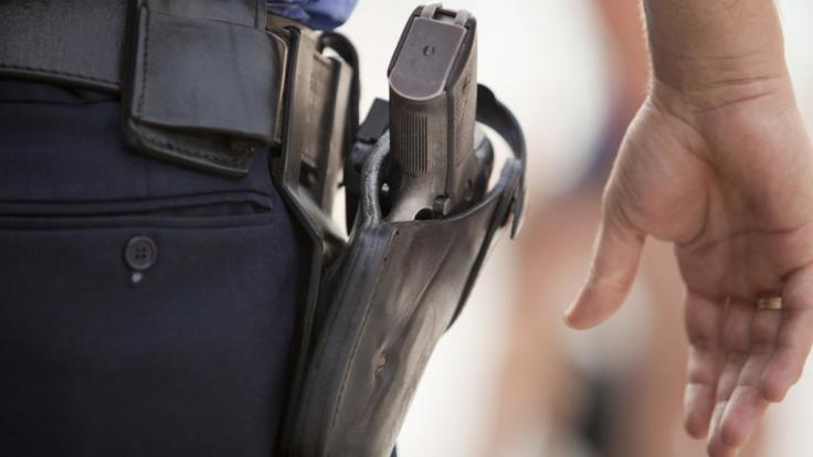 In Schleswig-Holstein erschießt die Polizei einen Obdachlosen. Warum ist vollkommen unklar. (Symbolbild) (Foto)