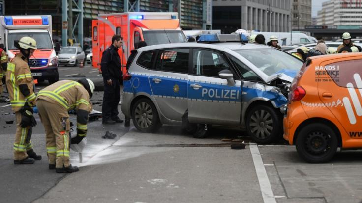 Ein Polizeiauto rammt einen PKW und tötet die Fahrerin. Der Beamte am Steuer soll alkoholisiert gewesen sein.