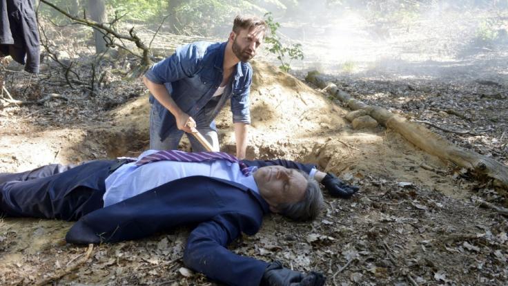 Nachdem Jo Gerner (Wolfgang Bahro, liegend) von Sascha Keller (Aaron Thiesse) angeschossen wurde, ist der dem Tod näher als dem Leben. (Foto)