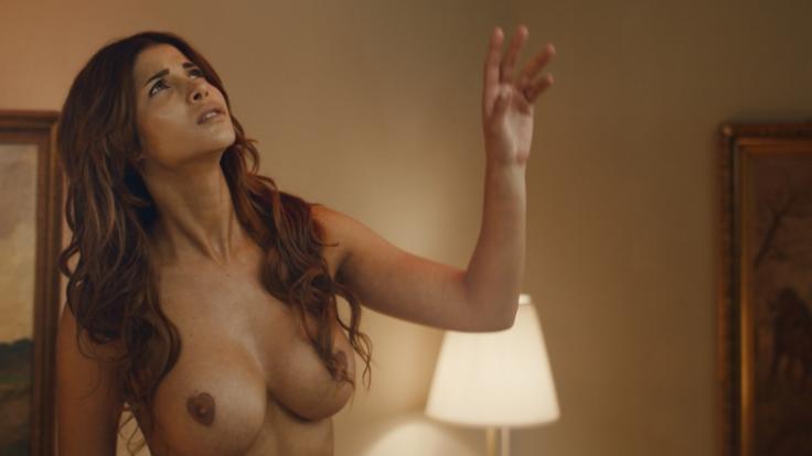 """Micaela Schäfer spielt in """"Skin Creepers"""" einen Hotelgast, der sich vom Exorzismus im Zimmer über sich gestört fühlt. (Foto)"""