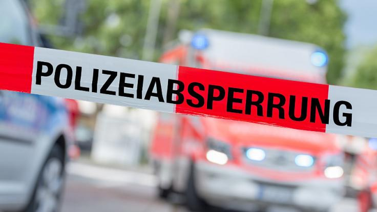 In Bayern hat sich ein Mann mit mehreren Waffen in einer Wohnung verschanzt. (Symbolbild)