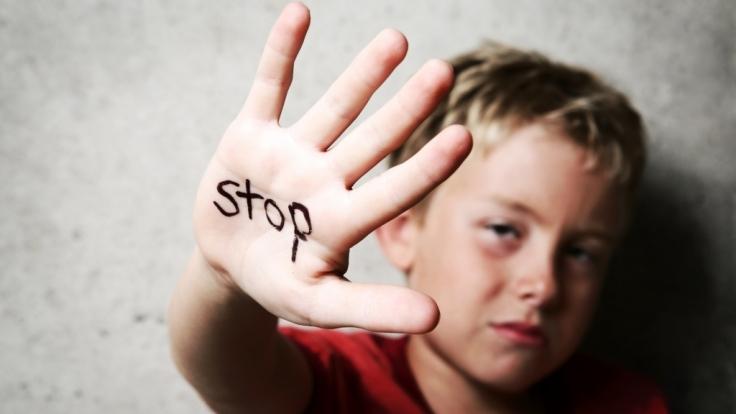 Ein Fussballtrainer hat zwei Jungen mindestens 100 Mal missbraucht. (Symbolbild) (Foto)