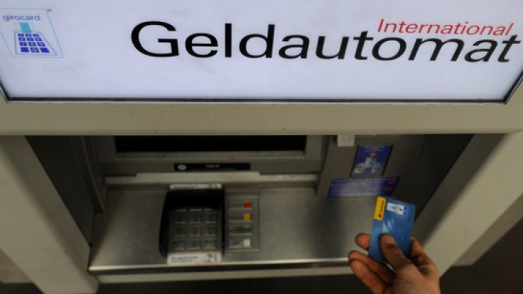 Geldabheben am Bankautomaten ist für viele eine Selbstverständlichkeit - doch Prophezeiungen von Experten zufolge könnte dies bald mit saftigen Gebühren verbunden sein. (Foto)