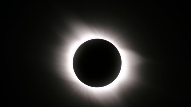 Im Dezember ist eine totale Sonnenfinsternis am Himmel zu sehen - leider nicht in Deutschland. (Foto)
