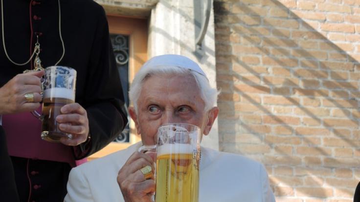 Auch Ex-Papst Benedikt XVI. mag ein kühles Bier. (Foto)