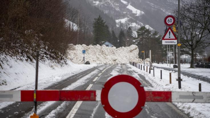 Im Schweizer Kanton Uri wurde eine Straße von einer Lawine verschüttet.