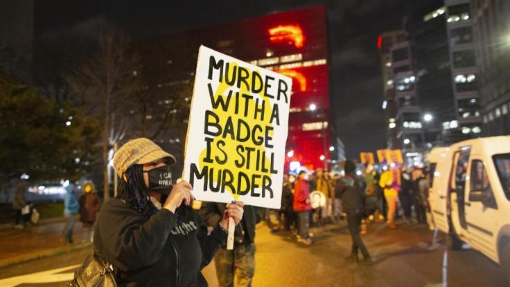 Am Rande des Prozesses zum gewaltsamen Tod von George Floyd ist ein 20-jähriger Afroamerikaner in Minnesota durch Polizeigewalt gestorben (Symbolbild).