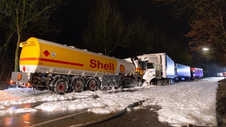 Nach dem Zusammenprall eines Tanklasters mit einem Lastwagen haben sich in Hamburg große Mengen Benzin über eine Straße ergossen.