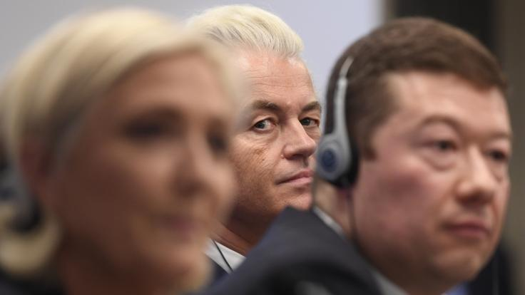 Europäische Rechtspopulisten Le Pen, Okamura und Wilders (v. vorne n. hinten)