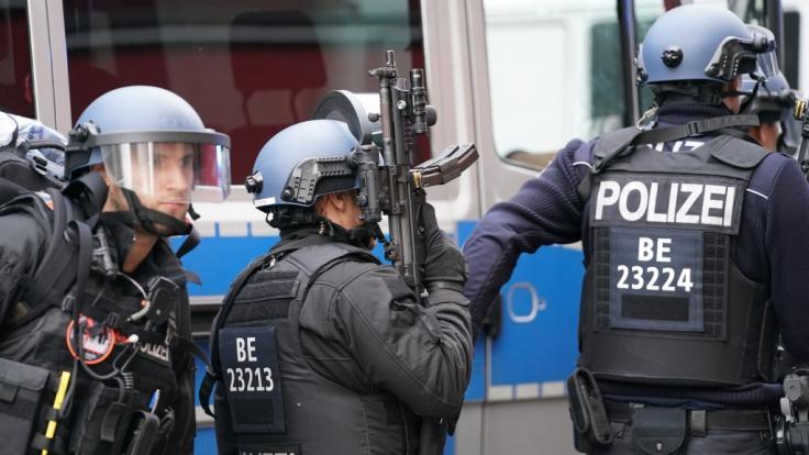 Polizisten in Schutzausrüstung sperren die Straßen um die Kreuzung Kochstraße Friedrichstraße in der Nähe des Checkpoint Charlie ab. (Foto)