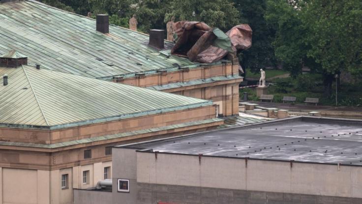 Ein Teil des Dachs des Stuttgarter Opernhauses wurde durch ein Unwetter teilweise abgedeckt. (Foto)