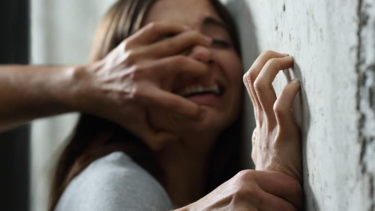 Bei einem Streit hat ein Mann seiner Frau Batteriesäure ins Auge gespritzt (Symbolbild). (Foto)