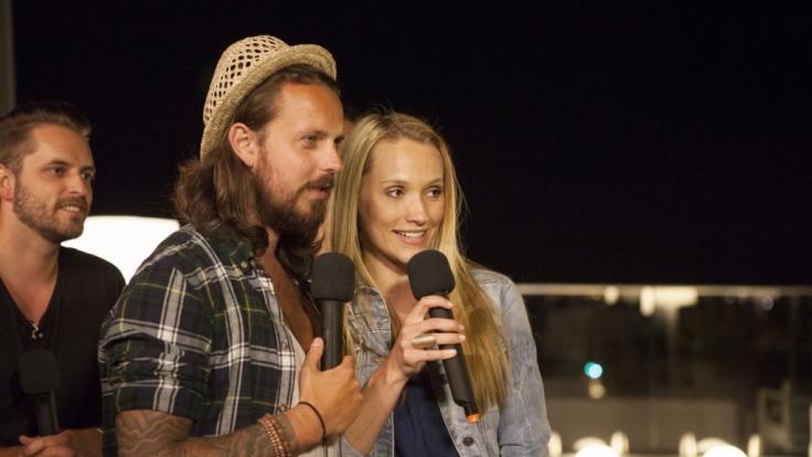 Karaoke Party in der Rooftop Bar in Lissabon: Die Jungs und Anna singen um die Wette. (Foto)