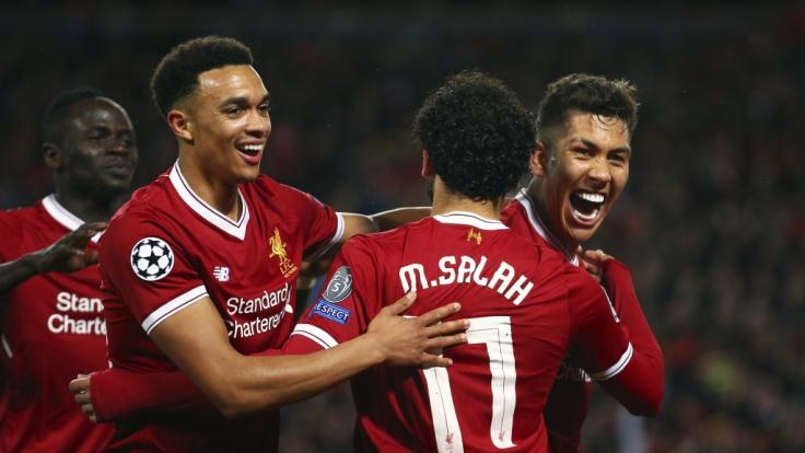 Im Hinspiel lief es gut für den FC Liverpool: Roberto Firmino (r) jubelt mit seinen Teamkollegen über seinen Treffer zum 4:0.