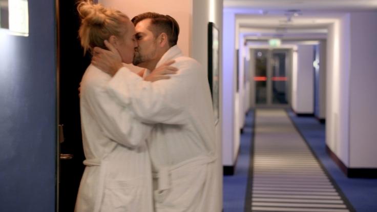 Maren (Eva Mona Rodekirchen) und Leon (Daniel Fehlow) kommen sich bei einem Seminar näher. (Foto)