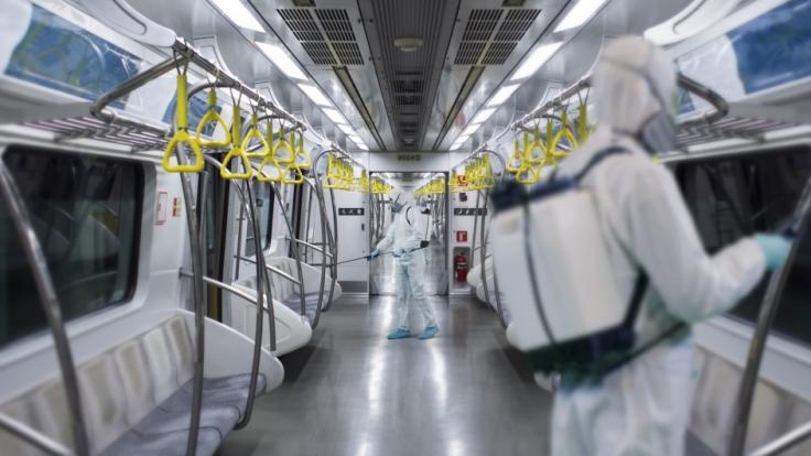 Um sich freiwllig mit COVID-19 anzustecken leckte ein Münchner Rapper Rolltreppen, Haltestangen in U-Bahnen und Fahrscheinautomaten ab. (Foto)