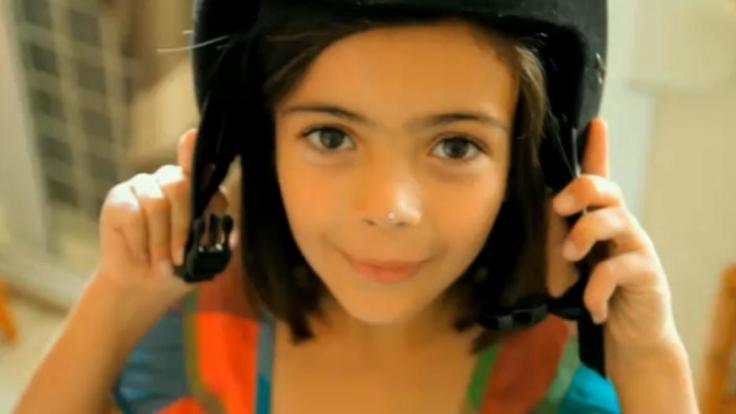 Eine Szene aus Life in a day: Einkleines Mädchen mit Motorradhelm.