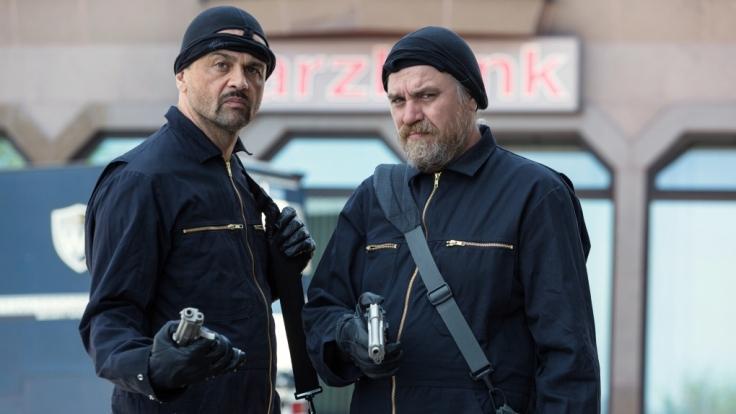Dorfsheriff Frank Koops und der Gangster Hagen planen die Harzbank auszuräumen. (Foto)