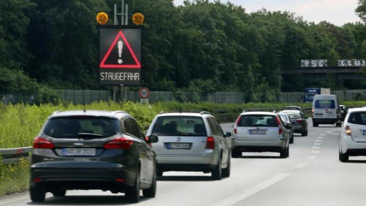 Vor allem in Süden Deutschland und in Küstennähe dürften die Fernstraßen in den kommenden Tagen voll werden. Denn in neun Bundesländern enden die Osterferien. (Foto)