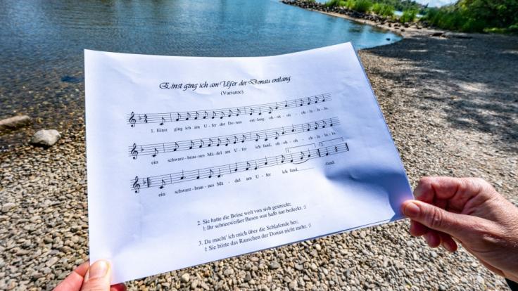 """Das Trinklied """"Einst ging ich am Ufer der Donau entlang"""" löste eine heftige Debatte aus - darin wird die Vergewaltigung eines schlafenden Mädchens beschrieben. (Foto)"""