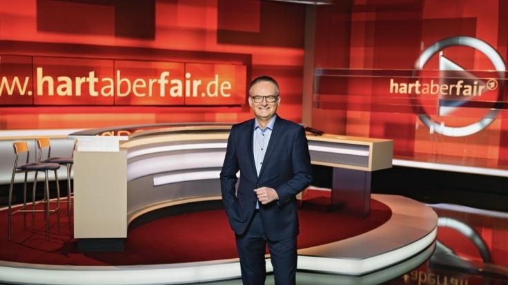 """Frank Plasberg begrüßt sein Publikum am 18. Oktober 2021 zu einer neuen Ausgabe von """"hart aber fair"""". (Foto)"""